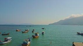 Μύγες κηφήνων πέρα από τον όμορφο ήρεμο κυανό κόλπο με τα αλιευτικά σκάφη απόθεμα βίντεο