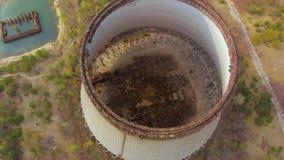 Μύγες κηφήνων πέρα από το δροσίζοντας πύργο, πυρηνικός σταθμός του Τσέρνομπιλ απόθεμα βίντεο
