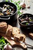 Μύδια που εξυπηρετούνται με το ψωμί Στοκ φωτογραφία με δικαίωμα ελεύθερης χρήσης