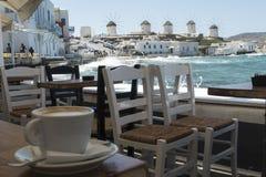 Μύκονος, Ελλάδα - 14 Αυγούστου 2016: Καφές με μια άποψη των ανεμόμυλων Στοκ εικόνα με δικαίωμα ελεύθερης χρήσης