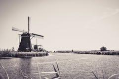 Μύλοι από τον ποταμό σε Kinderdijk στοκ φωτογραφία με δικαίωμα ελεύθερης χρήσης