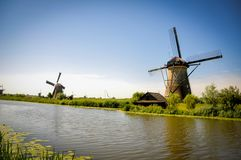 Μύλοι από τον ποταμό σε Kinderdijk στοκ φωτογραφίες