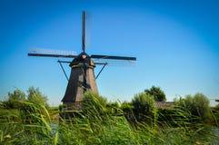 Μύλοι από τον ποταμό σε Kinderdijk στοκ εικόνες με δικαίωμα ελεύθερης χρήσης