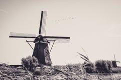 Μύλοι από τον ποταμό σε Kinderdijk στοκ εικόνα