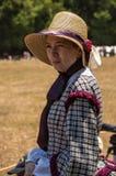 Μύλοι του Duncan, Calif/στις 14 Ιουλίου 2012: Γυναίκα στο φόρεμα περιόδου στοκ φωτογραφία με δικαίωμα ελεύθερης χρήσης