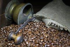 Μύλος καφέ με και φασόλια καφέ στοκ εικόνα με δικαίωμα ελεύθερης χρήσης