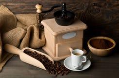 Μύλος καφέ με τα φασόλια καφέ, σκόνη και φλυτζάνι ο επίγειου καφέ Στοκ φωτογραφία με δικαίωμα ελεύθερης χρήσης