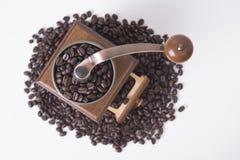 Μύλος καφέ με arabica τα φασόλια καφέ στο λευκό Στοκ εικόνα με δικαίωμα ελεύθερης χρήσης