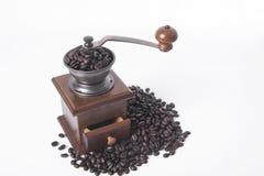 Μύλος καφέ με arabica τα φασόλια καφέ στο λευκό Στοκ Εικόνα