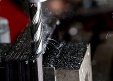 Μύλος τελών του Μπρίτζπορτ CNC που τελειώνει έναν σωρό του πιάτου χάλυβα με τα τσιπ αρχειοθετήσεων μετάλλων και τον ελαφρύ καπνό στοκ φωτογραφίες με δικαίωμα ελεύθερης χρήσης