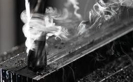 Μύλος τελών του Μπρίτζπορτ CNC που τελειώνει έναν σωρό του πιάτου χάλυβα με τα τσιπ αρχειοθετήσεων μετάλλων και τον πολύ βαρύ καπ στοκ φωτογραφίες