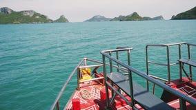 Μύτη των πανιών σκαφών στη θάλασσα μεταξύ των νησιών Προορισμοί ταξιδιού κίνηση αργή 1920x1080 απόθεμα βίντεο