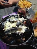 Μύδια με το ροδαλές κρασί και τις τηγανιτές πατάτες Στοκ φωτογραφίες με δικαίωμα ελεύθερης χρήσης
