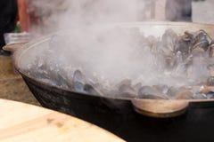 Μύδια που βράζουν στον ατμό σε ένα μεγάλο υπαίθριο ατμόπλοιο Στοκ Εικόνα