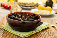 Μύδια που μαγειρεύονται που εξυπηρετούνται στον πίνακα Στοκ φωτογραφία με δικαίωμα ελεύθερης χρήσης