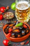 Μύδια στα κοχύλια με τις ντομάτες και την πικάντικη σάλτσα Στοκ Εικόνες