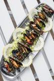 Μύδια στα φρέσκα zesty μαριναρισμένα θαλασσινά σάλτσας εσπεριδοειδών φυτικά στοκ εικόνες με δικαίωμα ελεύθερης χρήσης