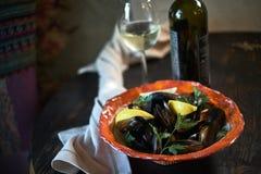 Μύδια στον πάγο έτοιμο να μαγειρεψει με το λεμόνι και το άσπρο κρασί jpg Στοκ Εικόνες