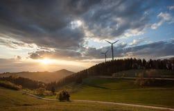Μύλοι αιολικής ενέργειας στο μαύρο δάσος, Γερμανία στοκ φωτογραφία με δικαίωμα ελεύθερης χρήσης