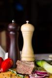 Μύλοι αλατιού και πιπεριών με το τεμαχισμένο βόειο κρέας στοκ εικόνα με δικαίωμα ελεύθερης χρήσης
