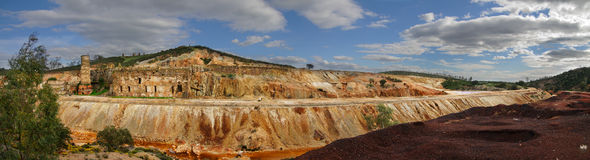 Μύλοι καπνοδόχων και trituration ορυχείων του Domingos Σάο κατά μήκος μιας πορείας σιδηροδρόμων στοκ εικόνες