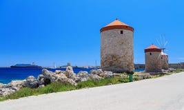 Μύλοι της Ρόδου στο υπόβαθρο του κόλπου θάλασσας και της ηλιόλουστης ημέρας λιμένων στοκ φωτογραφία με δικαίωμα ελεύθερης χρήσης