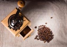 Μύλος, έδαφος και φασόλια καφέ στο ύφασμα Στοκ φωτογραφία με δικαίωμα ελεύθερης χρήσης