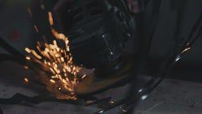 Μύλος γωνίας Σπινθηρίζει κατά τον κοπή και τη λείανση ενός προϊόντος μετάλλων απόθεμα βίντεο