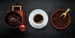 Μύλος καφέ, καυτά φλυτζάνι και φασόλια Στοκ φωτογραφία με δικαίωμα ελεύθερης χρήσης