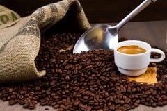 Μύλος καφέ με τα φασόλια και coffe το φλυτζάνι Στοκ Εικόνες