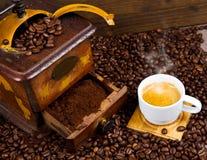 Μύλος καφέ με τα φασόλια και coffe το φλυτζάνι Στοκ φωτογραφία με δικαίωμα ελεύθερης χρήσης