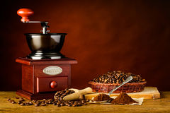 Μύλος καφέ με τα ψημένα φασόλια και το έδαφος Στοκ Εικόνα