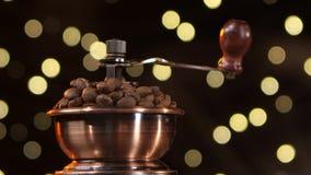 Μύλος καφέ που γεμίζουν με τα ψημένα φασόλια καφέ closeup στούντιο απόθεμα βίντεο