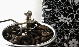 Μύλος καφέ στον πίνακα Στοκ Εικόνες