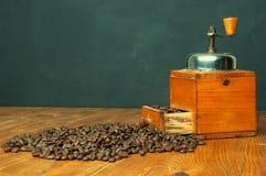 Μύλος καφέ στο ξύλινο υπόβαθρο Στοκ Φωτογραφία