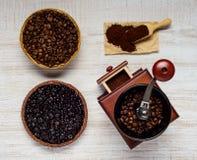 Μύλος φασολιών καφέ με τα φασόλια και το έδαφος Στοκ φωτογραφία με δικαίωμα ελεύθερης χρήσης