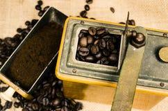 Μύλος Coffe με τα φασόλια Στοκ Φωτογραφίες