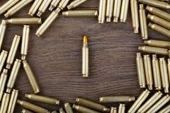 Μ-16 σφαίρα στην ξύλινη επιτραπέζια κινηματογράφηση σε πρώτο πλάνο Στοκ εικόνες με δικαίωμα ελεύθερης χρήσης