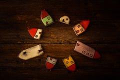 Νάνα σπίτια παραμυθιού στο ξύλινο υπόβαθρο Χειροποίητο ξύλινο παιχνίδι Στοκ φωτογραφίες με δικαίωμα ελεύθερης χρήσης