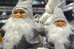 Νάνοι Χριστουγέννων με την άσπρη ΚΑΠ στοκ φωτογραφία