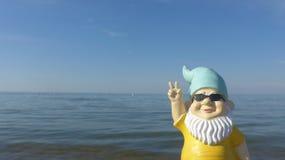 Νάνος με την παραλία γυαλιών ηλίου στοκ φωτογραφίες