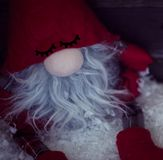 Νάνος Χριστουγέννων στο χιόνι με διακοσμητικό στενό επάνω Χριστουγέννων Στοκ εικόνες με δικαίωμα ελεύθερης χρήσης