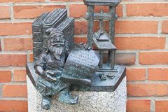 Νάνο, μικρό ειδώλιο χαλκού παραμυθιού Wroclaw στον πάροδο, Wroclaw, Πολωνία Στοκ φωτογραφίες με δικαίωμα ελεύθερης χρήσης
