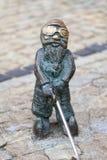 Νάνο, μικρό ειδώλιο χαλκού παραμυθιού Wroclaw στον πάροδο, Wroclaw, Πολωνία Στοκ εικόνα με δικαίωμα ελεύθερης χρήσης