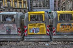 Νάπολη, ΙΤΑΛΙΑ, 02.01.2018: Εμπορευματοκιβώτια απορριμάτων στην οδό Naple Στοκ Εικόνες