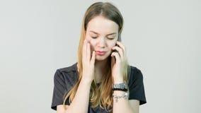 Νέαη γυναίκα, κραυγή, που συγχέονται, λυπημένος, νευρικός, που ανατρέπονται, πίεση και σκέψη με το κινητό τηλέφωνό της, όμορφο νέ Στοκ Εικόνα