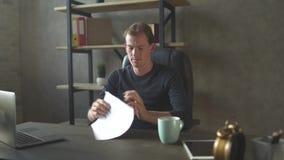 Νέαη συνεδρίαση επιχειρηματιών στα σύγχρονα έγγραφα γραφείων και ανάγνωσης, έπειτα αυτό επάνω και ρίχνει συντριμμένος φιλμ μικρού μήκους