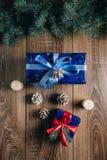 Νέα άποψη σύνθεσης έτους άνωθεν Παιχνίδια ψαροκόκκαλων με τα κεριά, κιβώτια στο ξύλινο υπόβαθρο Στοκ Εικόνα