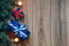 Νέα άποψη σύνθεσης έτους άνωθεν Παιχνίδια ψαροκόκκαλων με τα κεριά, κιβώτια στο ξύλινο υπόβαθρο Στοκ Εικόνες