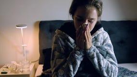 Νέα άρρωστη γυναίκα με το φτέρνισμα πυρετού απόθεμα βίντεο